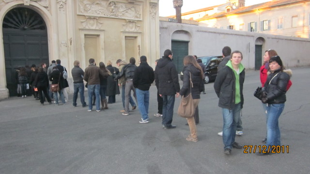 Queue key hole Aventino hill Rome