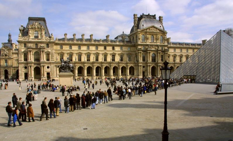Louvre queue lines in Paris