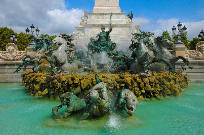 Things to do in Bordeaux - the ultimate guide monument girondines