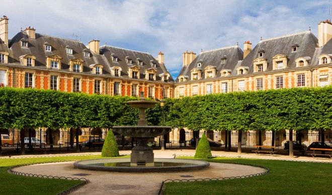 5 Neighborhoods To Stay In Paris + Hotel Recommendations for Each Le Marais