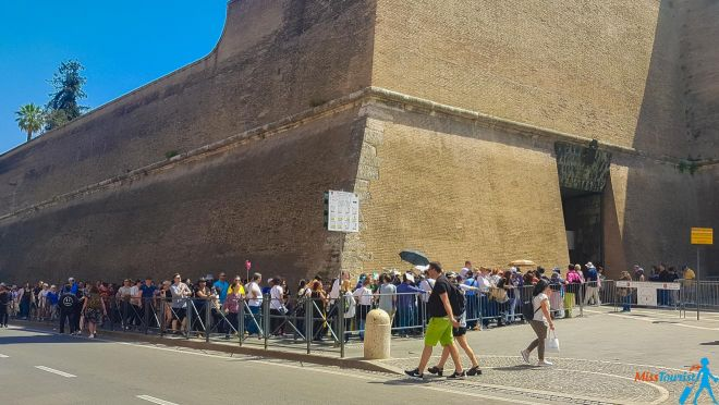 6 most crowded places in Rome and how to avoid the line Vatican Museums lines (2)