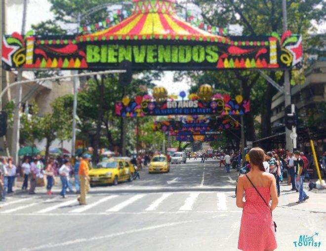 woman bienvenidos el poblado