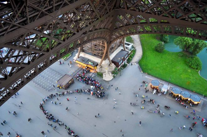 long queue to visit the eiffel tower